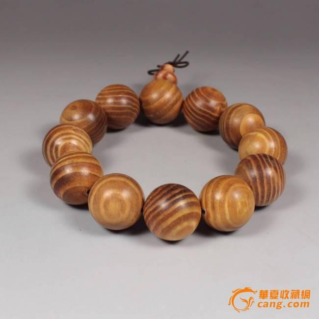拍品描述: A级纯天然印尼花斑沉香精品佛珠手串; 宝贝规格直径:16mm,总质量;18.2克, 沉香是含有树脂的木材历经多年沉积形成的,沉香木自古以来就是非常名贵的木料,亦是工艺品最上乘的原材料。沉香是沉香木树干被真菌侵入寄生,发生变化,经多年沉积形成的香脂,是具有驱秽避邪、调中平肝作用的珍贵药材,如今已很稀少!