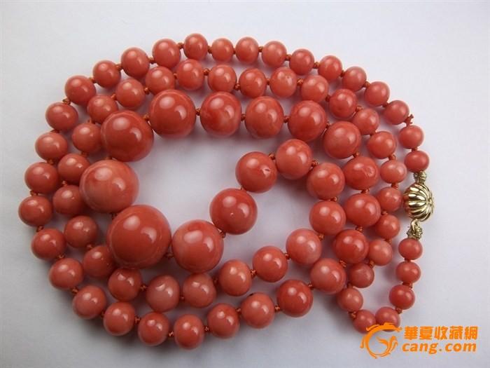 天然红珊瑚,橘红到粉色之间,相片基本反映真实颜色。保真无染色。有很少部分珠子有虫眼,不过在这么大尺寸的老珊瑚里,品相已经算是非常好了。 珠子最大 15x14 mm,边上2颗直径也是 13mm 和12.5mm,已经赶上蜜蜡珠尺寸了。有11颗珠子尺寸是10mm或以上的,中间部分珠子大部分直径在 9.