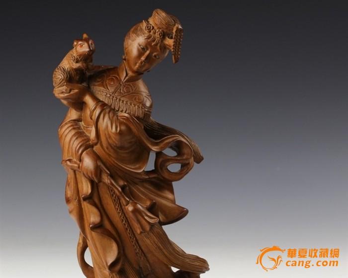 高:26.8cm , 宽:13.5 cm ,厚:8.5cm 。 高24厘米,宽13厘米,厚9厘米 此件木雕品取材于传统神话故事,构思造型,整体与局部比例协调。人物题材重在塑造形象,这件作品生动地刻画了一个身姿曼妙,飘逸轻柔的在月宫的嫦娥,塑造出嫦娥轻盈飘逸传神,婀娜多姿的风姿。一手托玉兔,一手持拂尘,像是在思念着故土,由表及里,细腻生动地层示了嫦娥的神情风韵。作品融圆雕,浮雕、透雕、立体雕和镂空雕为一体,以精湛的的刀法表现衣褶、纹理的层次及深浅变化,正所谓疏可跑马、密不透风,大有曹衣出水、吴带当风的韵律。