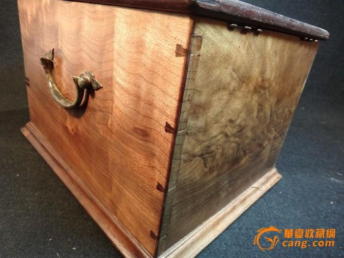 非常漂亮的金丝楠木箱,物件绝对包老,全榫卯结构精工做成,外皮为了美观显现金丝楠步移景换的效果已经打磨去漆,里面保留原始状态,是不可多得的藏品:盖子的摇皮因为年久已经断了,这种金属件可以重新配就,没有大碍。盖子是金丝楠铁梨木框。