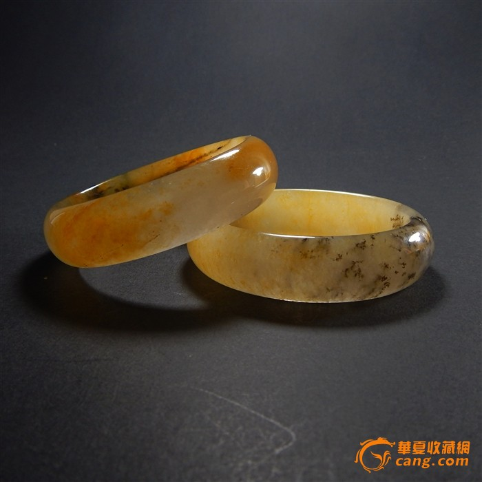 拍品介绍:黄龙玉是2004年在云南龙陵被发现的一种新玉种。其主色调为黄、红两色,青白、黑、灰、绿等色。2011年2月,黄龙玉即被国家正式收录进入《国家珠宝玉石名录》,成为与翡翠、和田玉同等位置的天然玉石。此黄龙玉手镯种水漂亮,取材大气,天然纹路,美不胜收,仿佛是大自然的山水画。 买来一对自留一只送人一只都非常的有价值。 【尺寸】外径70毫米,内径54毫米。条宽17.