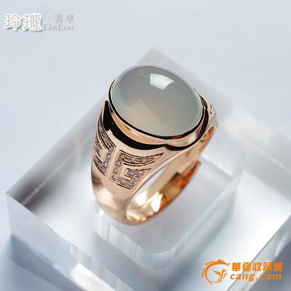 戒指采用双叉交尾活口设计,适合不同尺寸的手指圈口,抽像兽面纹饰